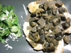 Pollo alla piastra con salsa di funghi e rucola croccante