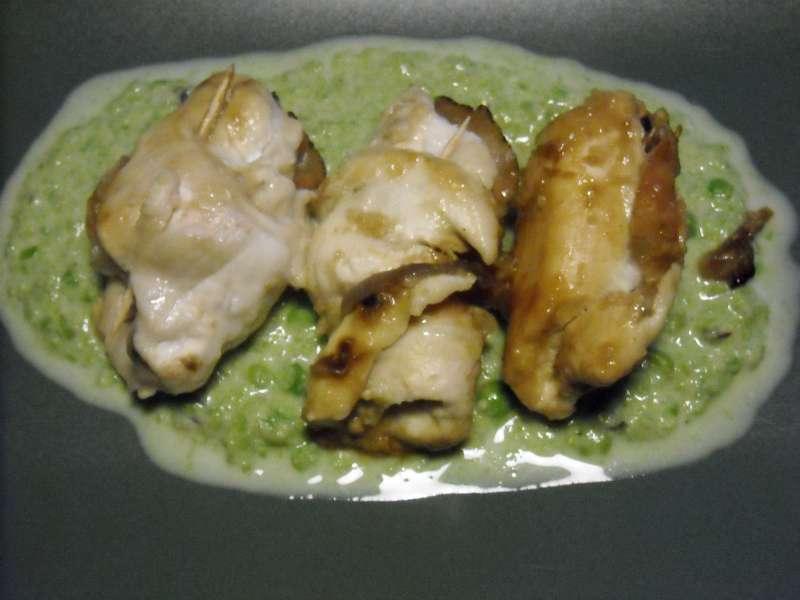 Rotolini di pollo e speck con salsa ai piselli e provolone