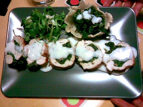Rotolo di pollo agli spinaci con cialdina di parmigiano