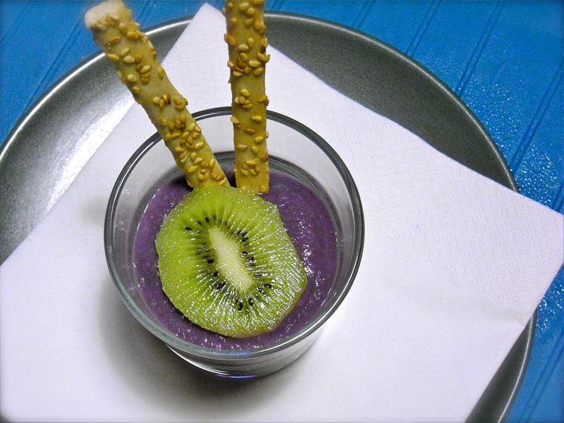 Bicchierini di crema viola e kiwi