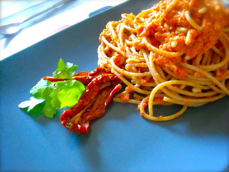 spaghetti di kamut al pesto rosso di pomodorini secchi