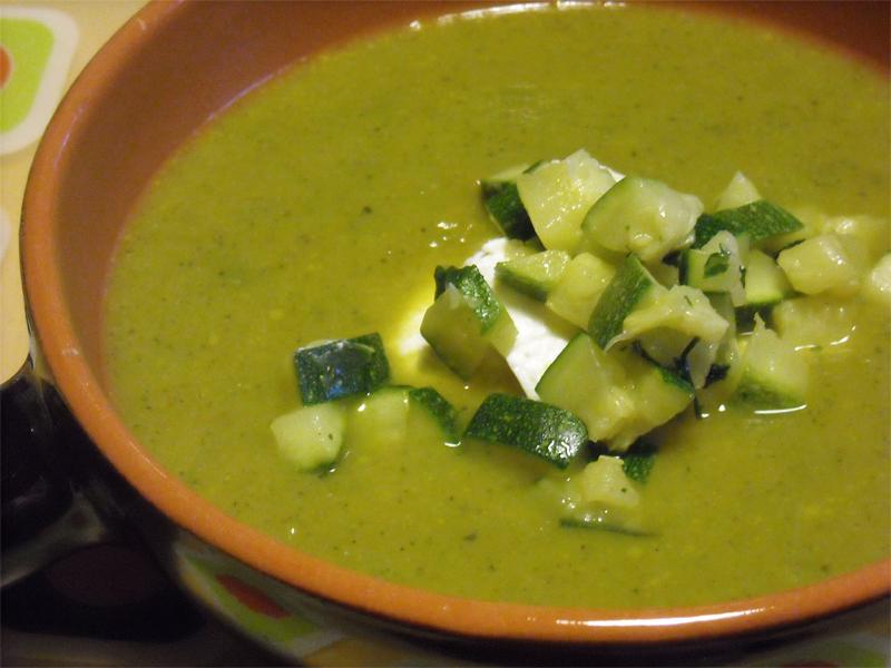 Zuppa cremosa di zucchine e carote con quenelle di ricotta fresca
