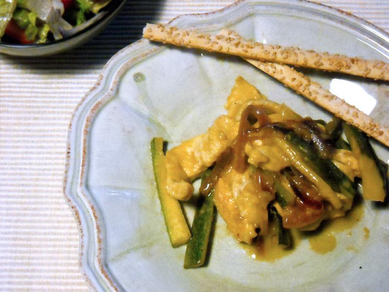 Straccetti di pollo al limone con cremina di zafferano e zucchine