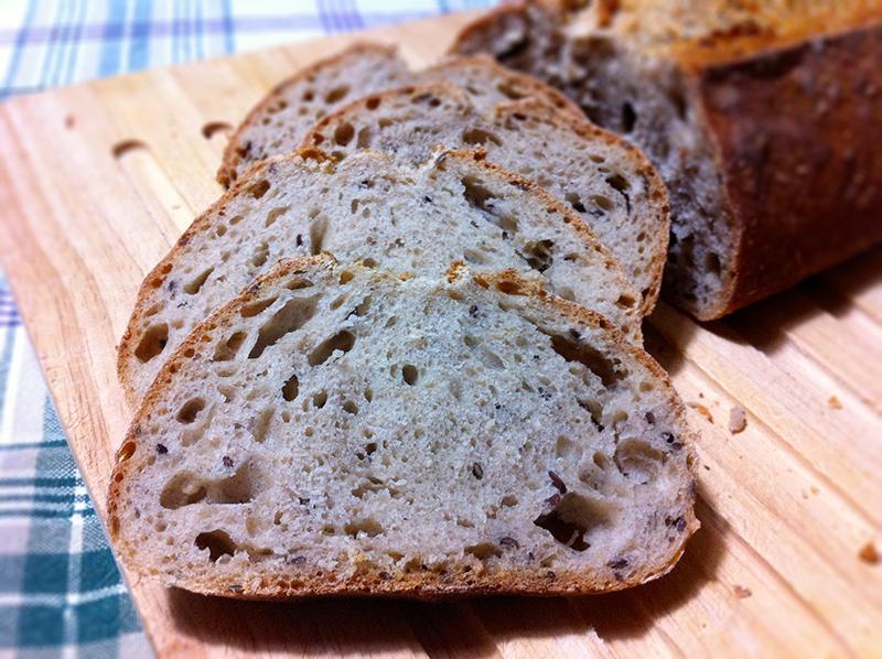 Pane integrale di segale con semi di lino e sesamo