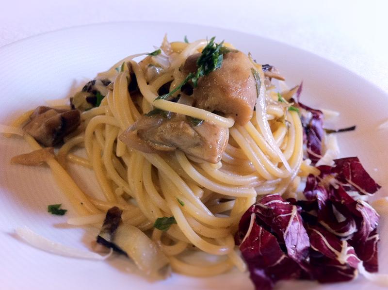 Spaghetti con funghi porcini e radicchio