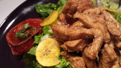 Insalata di pollo speziato alla paprika con platani e pomodori confit