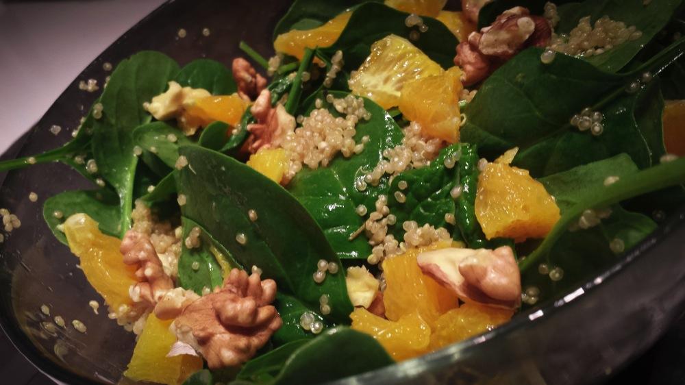 Insalata di spinaci crudi con quinoa, arance e noci