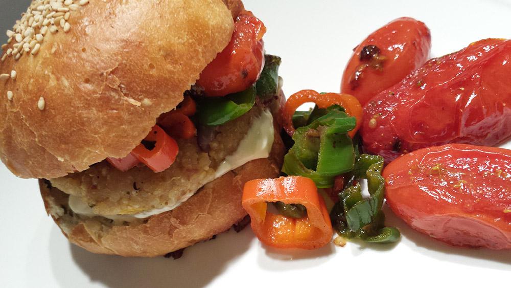 Burger vegan di quinoa e fagioli con friggitelli, pomodorini confit e maionese #vegan